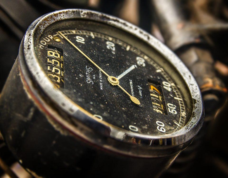 Round Black Analog Speedometer Closeup X7YFrn8u34dP 1600